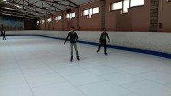 Entraînement U11 à la patinoire un jour de pluie. Consigne: tenir debout - Football Club TOUL