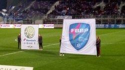 Les U15F porte-drapeaux au stade Marcel Verchère