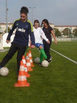QUELQUES FILLES CURIEUSES ET INTERESSEES PAR LE FOOTBALL A L'USV.....